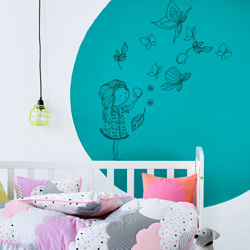 stickers muraux chambre enfant fille qui joue avec les papillons. Black Bedroom Furniture Sets. Home Design Ideas